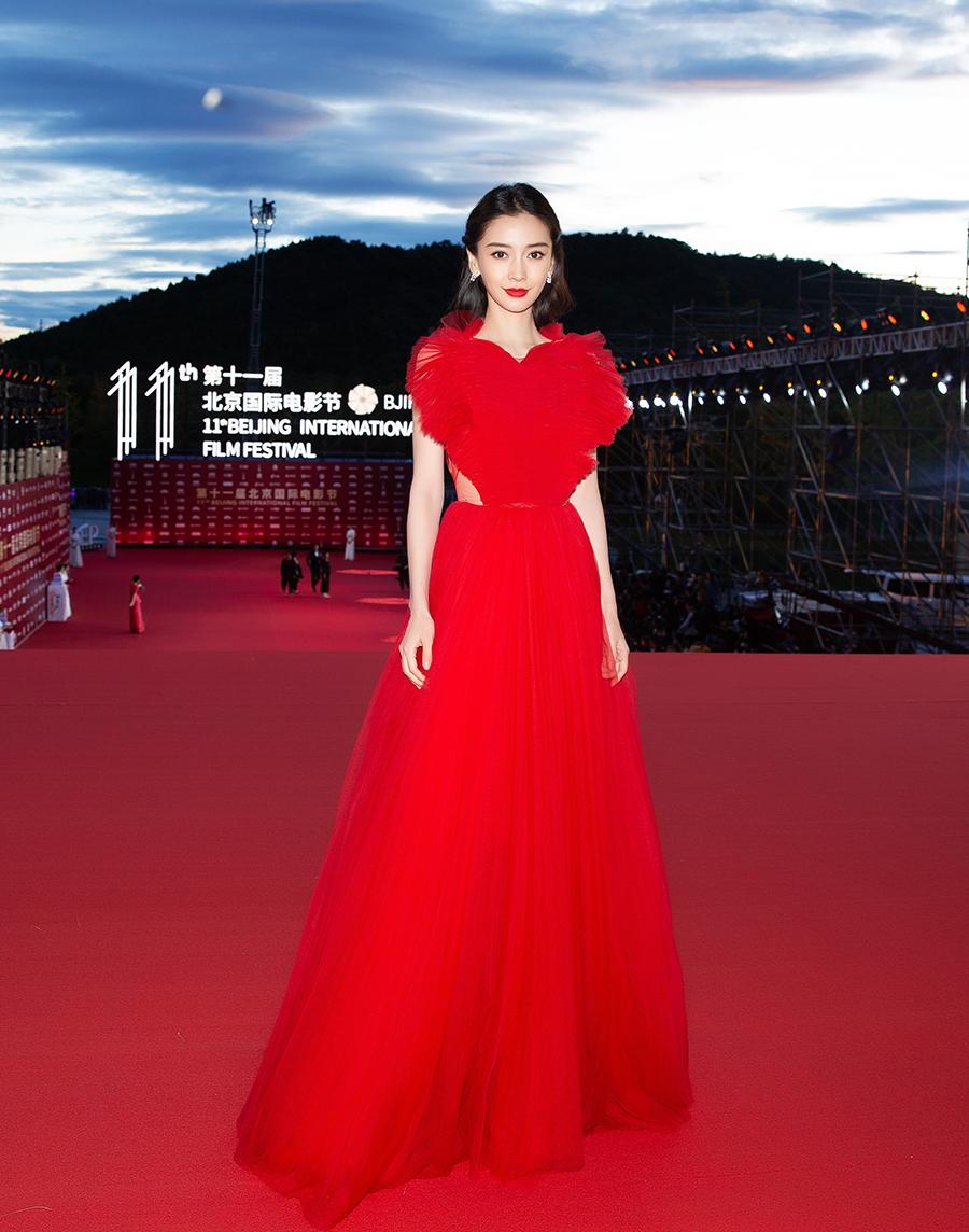 Angelababy chọn váy tạo hình trái tim của Dior.