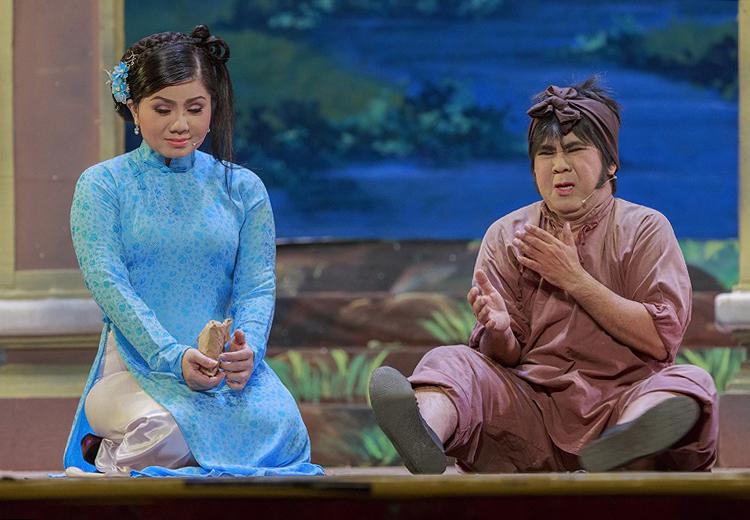 Nghệ sĩ Bạch Long (phải) và Tú Sương đóng vợ chồng Cuội. Ảnh: Thuần Việt