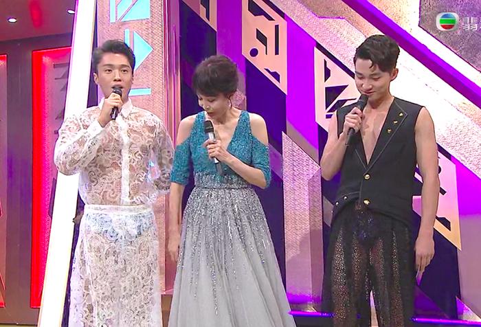Hai MC Đinh Tử Lãng (trái) và Chu Gia Lạc diện mốt xuyên thấu khi dẫn Miss Hong Kong 2021. Ảnh: HK01