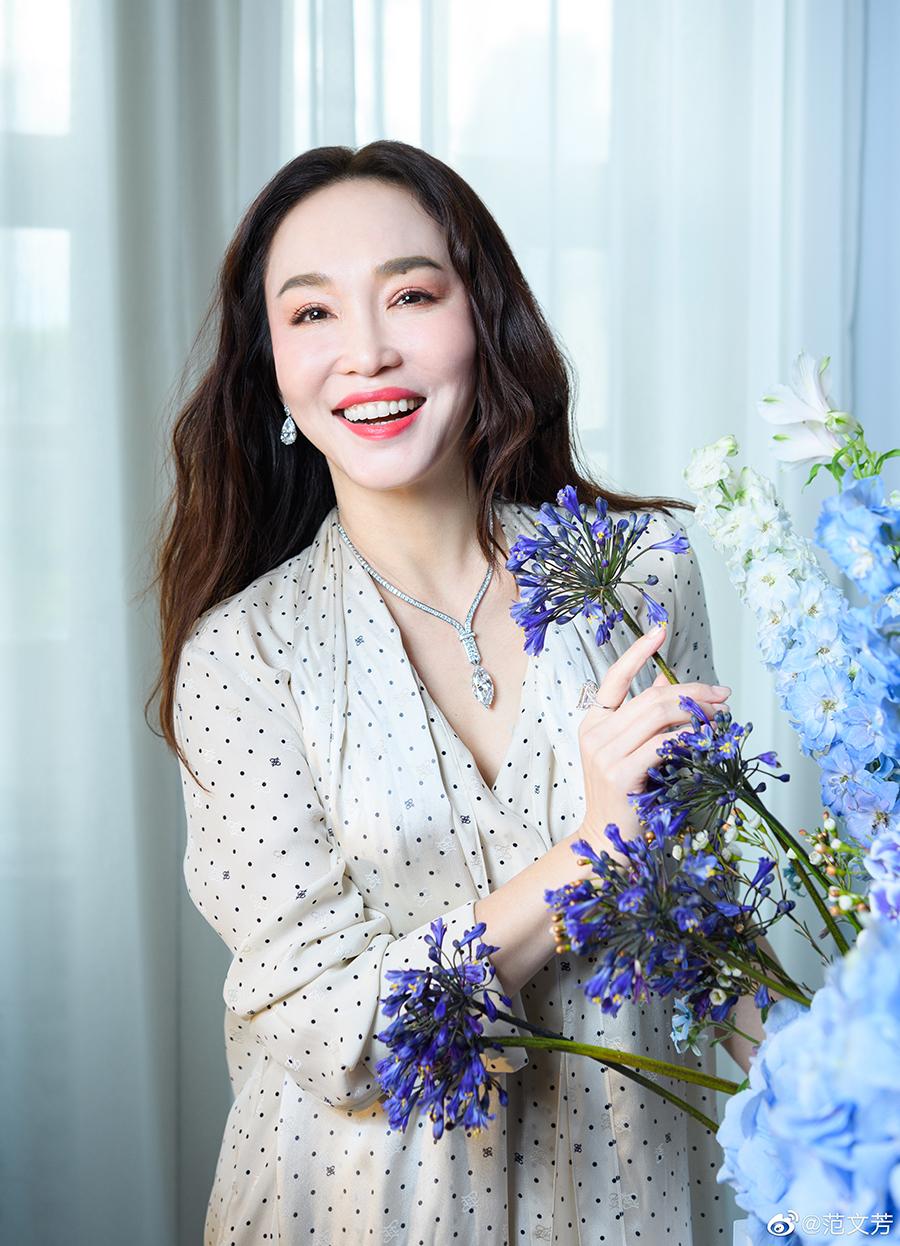 Trên Instagram, nhiều khán giả khen Phạm Văn Phương rạng rỡ, tạo dáng tự nhiên.