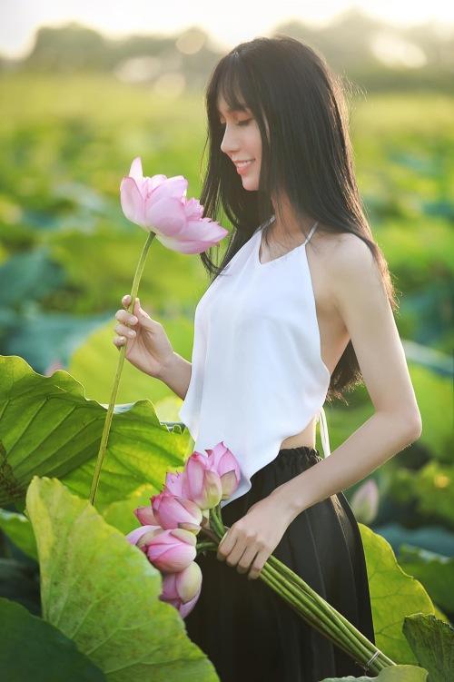 Lynk Lee mặc đồ yếm, chụp ảnh bên hoa sen. Ảnh: Facebook Tô Ngọc Bảo Linh