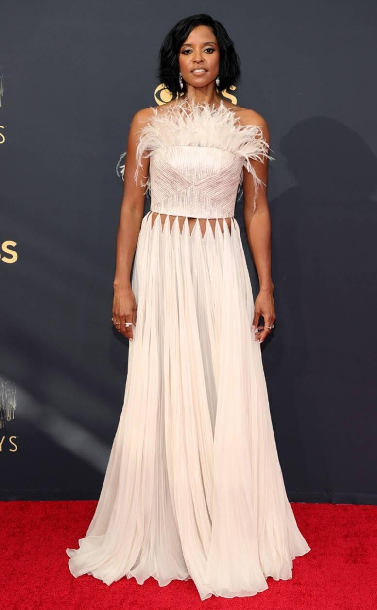 Diễn viên Renee Elise Goldsberry mặc đầm Công Trí ở Emmy 2021. Ảnh: AFP
