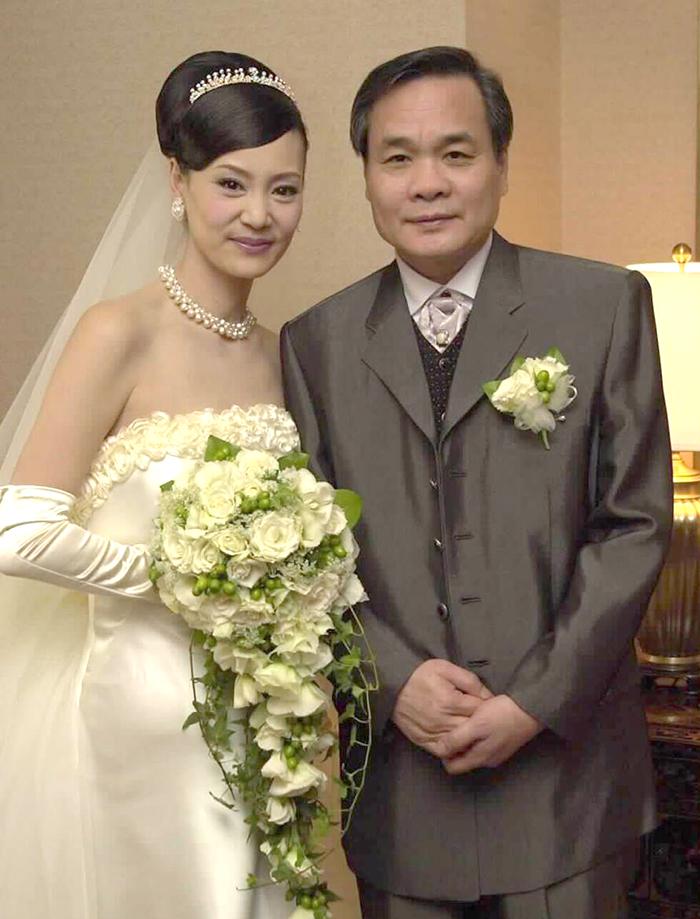 Lưu Tuyết Hoa ngày cưới Đặng Dục Côn. Ông Đặng là một trong các biên kịch của phim Bao Thanh Thiên bản kinh điển năm 1993. Lưu Tuyết Hoa đóng phần Thu Nương trong tác phẩm. Ảnh: Chinanews