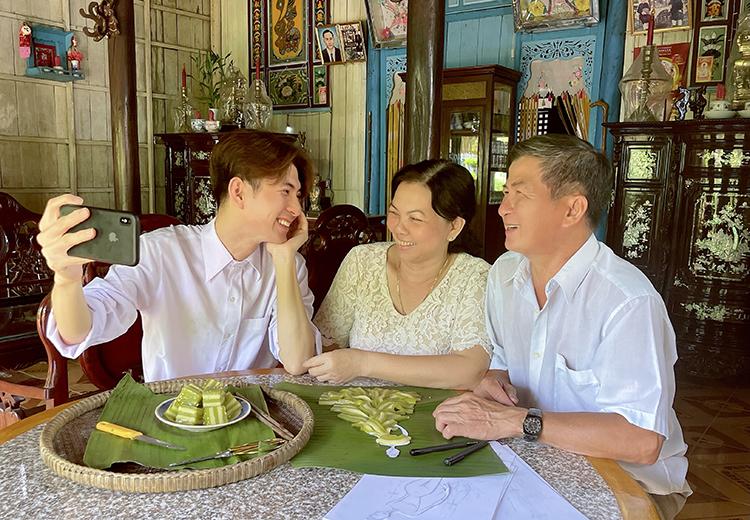 Nhà thiết kế Nguyễn Minh Công bên bố mẹ. Ảnh: Mai Ly