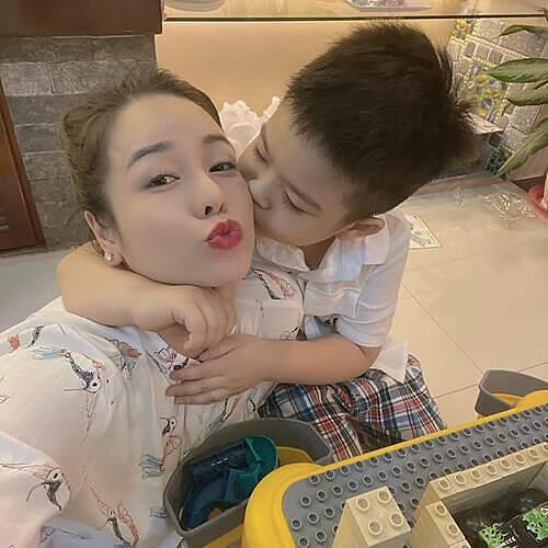 Mỗi lần nhớ con Nhật Kim Anh lại đem ảnh chụp hai mẹ con ra ngắm. Ảnh: Facebook Nhật Kim Anh