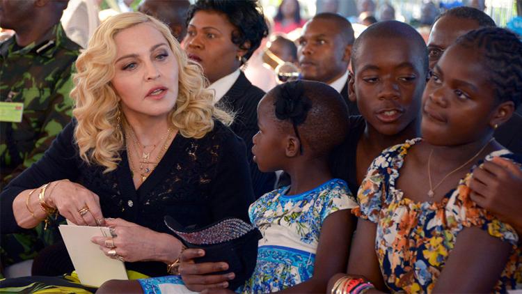 Madonna (trái) nổi tiếng với các hoạt động từ thiện ở châu Phi. Ảnh: Loop News