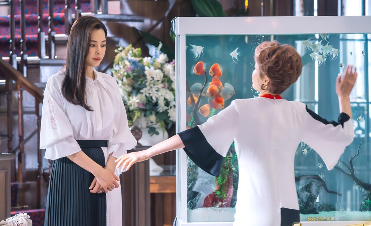 Kang Mi Na đứng yên chịu cú tát từ mẹ chồng. Ảnh: SBS