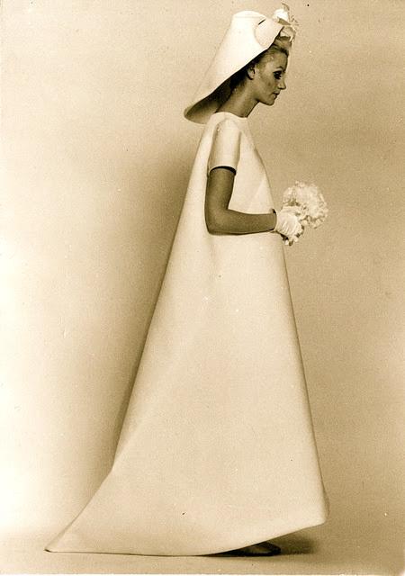Váy cưới màu trắng năm 1967 của Balenciaga gây ấn tượng về phom dáng đậm nét hình học. Ảnh: Balenciaga