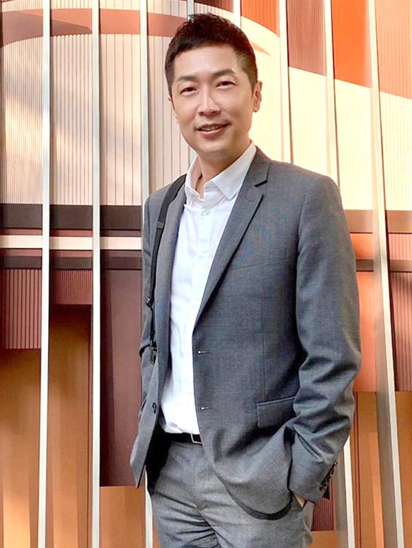 Tuấn Vỹ năm nay 50 tuổi, đảm nhiệm nhiều vai trò như hiệu trưởng Trung tâm đào tạo nghệ thuật TVB, Giám đốc sáng tạo đài phát thanh RTHK. Những năm gần đây anh ít đóng phim, chủ yếu làm MC.