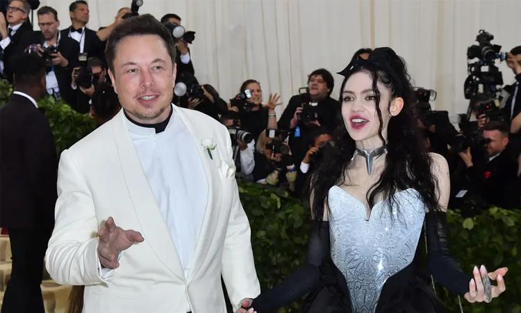 Grimes (phải) và Elon Musk lần đầu công khai tình cảm tại sự kiện Met Gala năm 2018. Ảnh:AFP