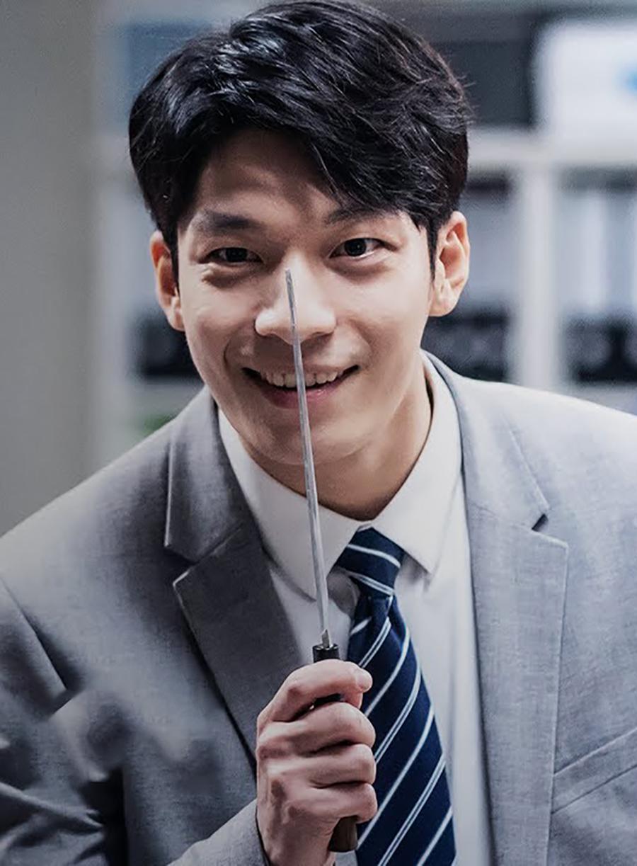 Hồi đầu năm, anh gây tiếng vang với vai Do Shik - tên sát nhân hàng loạt và tàn độc trong phim điện ảnh Midnight. Diễn viên khắc họa hình tượng nhân vật qua ánh mắt khát máu, những màn rượt đuổi nạn nhân gay cấn hay vẻ gần gũi, thân thiện khi giả trang thành nhân viên công sở. Maxmovie đánh giá Ha Joon là một trong số diễn viên phản diện triển vọng của màn ảnh xứ Hàn. Ảnh: CJ
