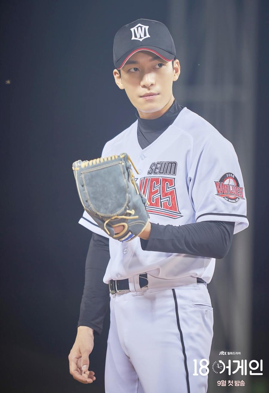 Năm 2020, với vai diễn tuyển thủ bóng chày Ye Ji Hoon điển trai, tốt tính trong Trở lại tuổi 18, tên tuổi anh mới được công chúng biết tới. Ye Ji Hoon là bố đơn thân khi nhận nuôi con của anh trai đã mất. Tuy nhiên, trước truyền thông, anh luôn tìm cách giấu diếm thân phận để bảo vệ đứa trẻ. Ảnh: jTBC
