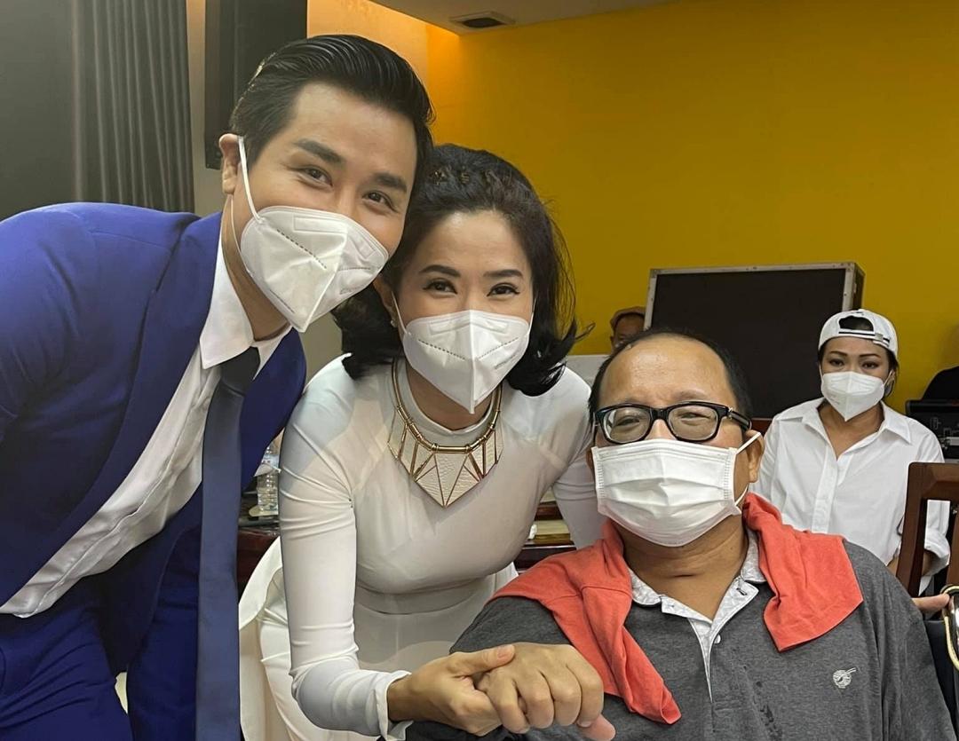 Từ trái sang: MC Nguyên Khang, Quỳnh Hoa, Phương Thanh thăm hỏi Trần Mạnh Tuấn.