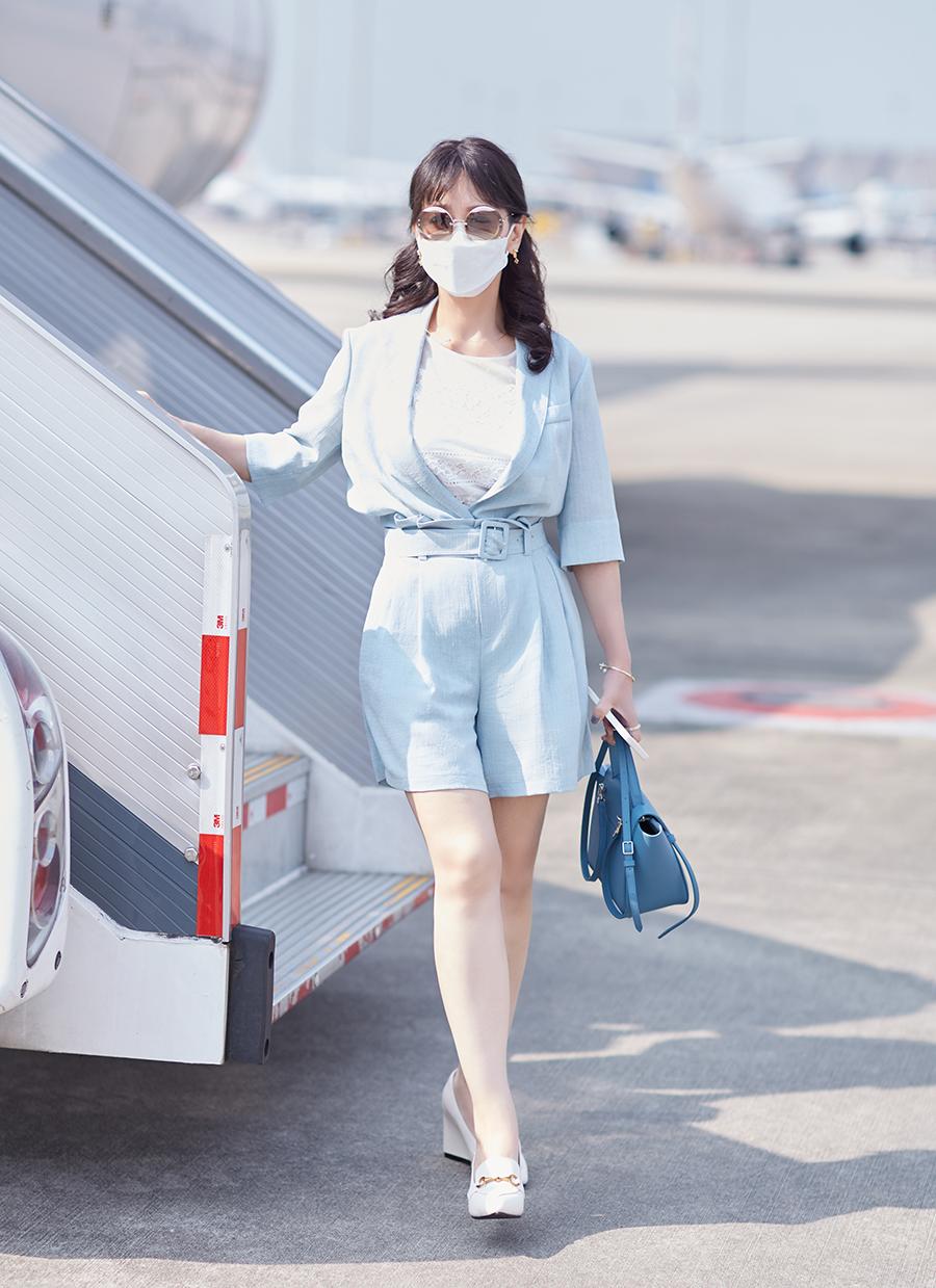 Khi di chuyển ở sân bay, bà hướng tới sự khỏe khoắn, năng động. Trang phục màu xanh ngọc, xanh nước biển chiếm phần lớn trong tủ đồ của Triệu Nhã Chi.