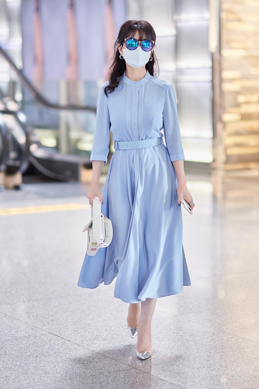 Trang Ifeng nhận xét Triệu Nhã Chi toát vẻ thanh lịch và vẫn tôn được vóc dáng khi diện các bộ đầm dài quá đầu gối, tạo điểm nhấn ở phần eo.