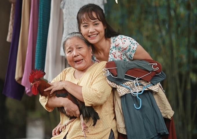 Lê Thiện bên Hồng Ánh trong phim Thưa mẹ con đi (2019). Ảnh: CGV