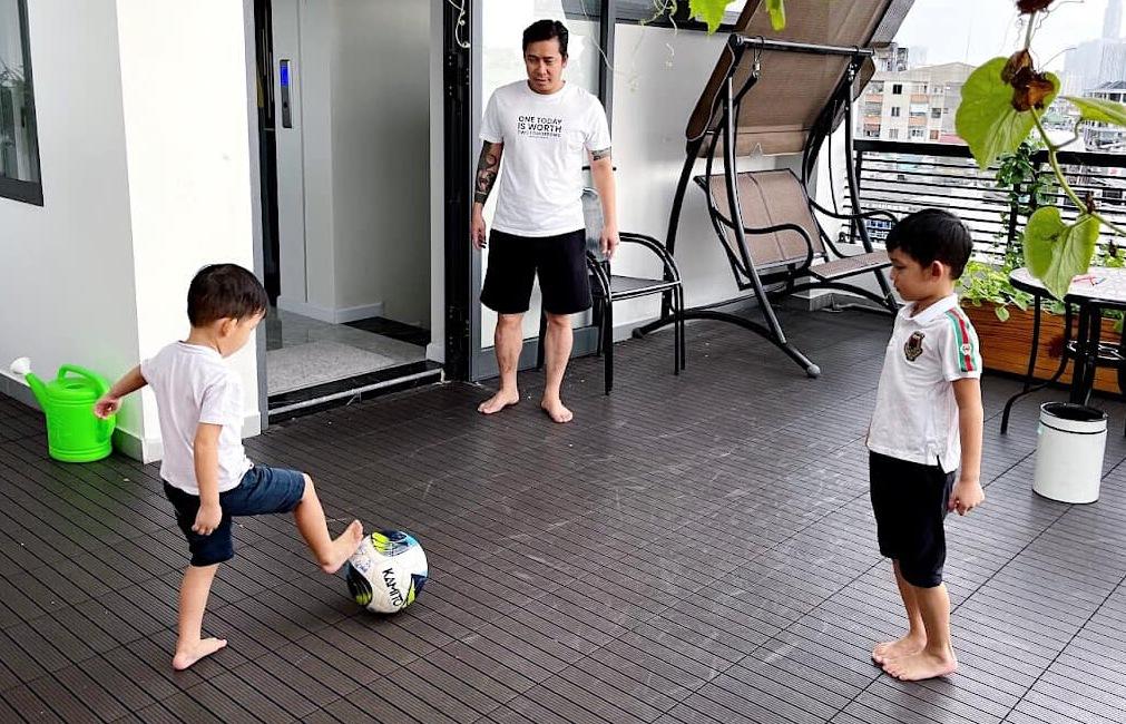 Ba bố con nhà Lê Hoàng chơi bóng đá trên sân thượng sau những giờ học căng thẳng.