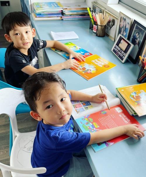 Hai con trai của Lê Hoàng và Việt Huê học online ở nhà.
