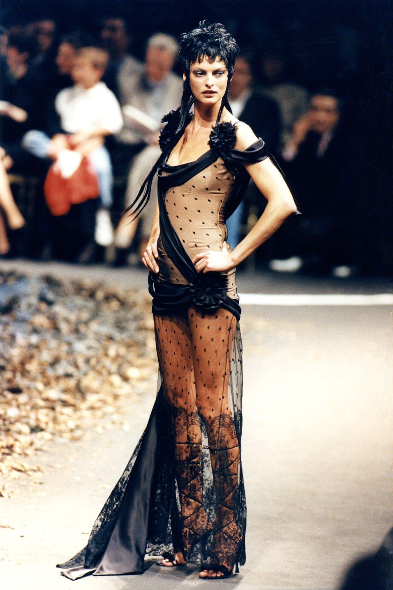 Linda Evangelista trình diễn đầm xuyên thấu Haute Couture do John Galliano thiết kế cho Givenchy năm 1996. Ảnh: LOfficiel