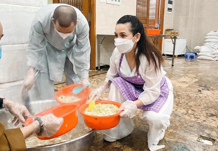 Phi Nhung nấu ăn cho bếp tình thương tại chùa Vĩnh Nghiêm hồi giữa 7. Ảnh: Facebook Phi Nhung Pham