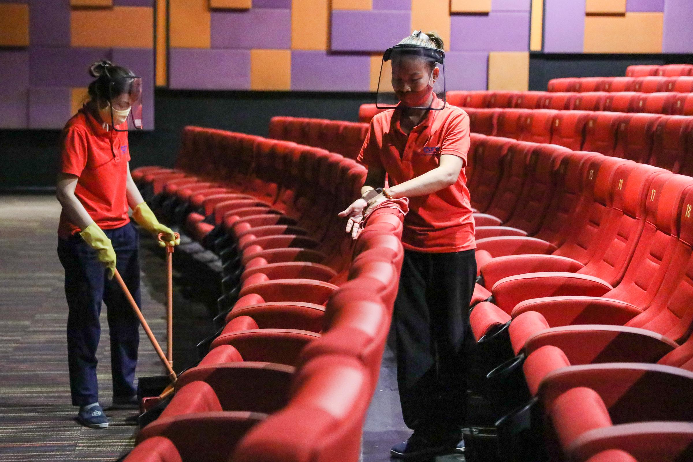Nhân viên một rạp chiếu phim ở quận 1 dọn dẹp sau khi TP HCM trong giai đoạn đóng cửa vì dịch. Ảnh: Quỳnh Trần