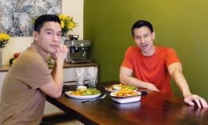 Bạn đời làm hamburger đãi Adrian Anh Tuấn