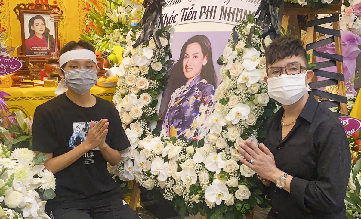 Long Nhật (trái) và ca sĩ Hồ Văn Cường trong buổi cầu siêu Phi Nhung tại nhà riêng. Ảnh: Facebook Long Nhật.