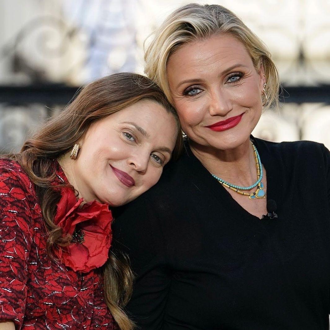 Minh tinh Drew Barrymore (trái) và Cameron Diaz ở tuổi U50. Cả hai vẫn giữ tình bạn thân thiết sau khi Cameron rời Hollywood. Ảnh: Instagram Drew Barrymore