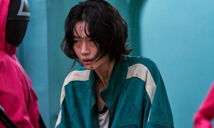 Jung Ho Yeon (áo xanh) trong vai Kang Sae Byeok. Ảnh: Netflix