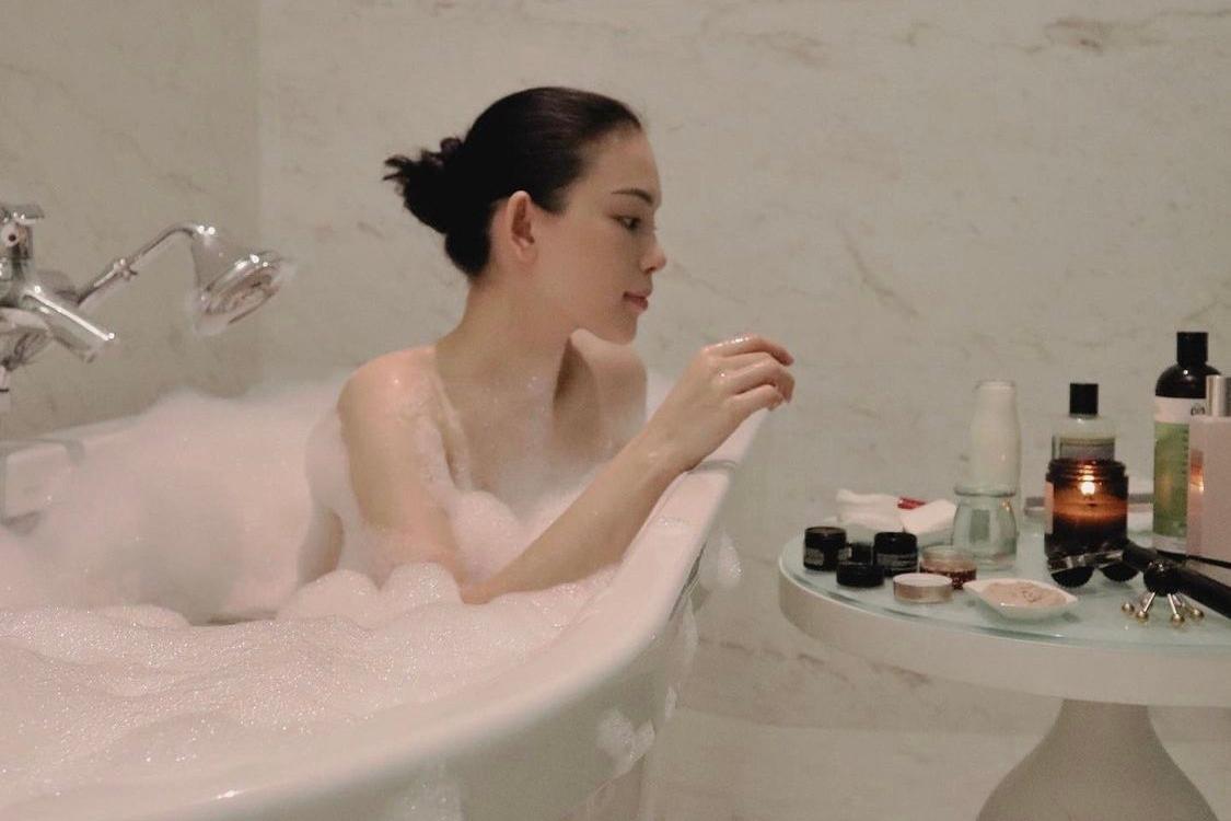 Người đẹp cho biết mỗi lần chăm sóc da, cô cảm thấy thư giãn, yêu bản thân hơn. Linh Rin (Ngô Phương Linh) sinh năm 1993, cao 1,67 m, là một trong những hot girl nổi tiếng ở Hà Nội. Cô từng góp mặt trong nhiều cuộc thi như Miss Teen 2010, Ngôi sao thời trang 2011, đóng phim Giấc mơ hạnh phúc, Sát thủ Online (2013) và Lời nói dối ngọt ngào (2016). Cô tham gia The Look Vietnam 2017, vào đến top 4 chung cuộc nhưng sau đó xin rút lui. Sau khi vào TP HCM, cô tập trung kinh doanh, ít hoạt động showbiz. Ảnh: Instagram Linh Rin