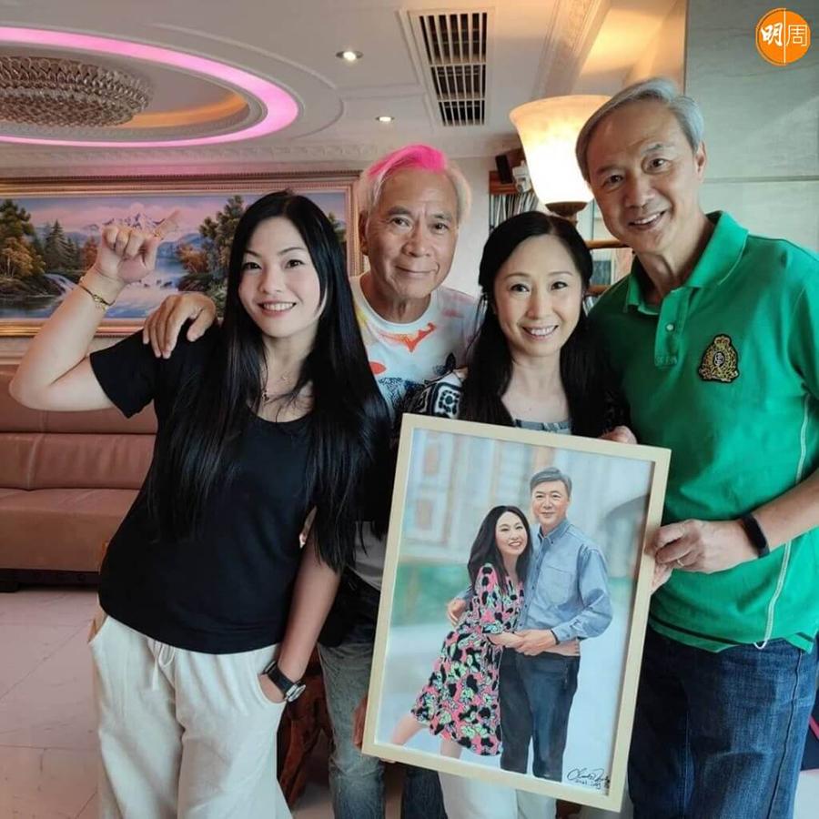 Vợ chồng Lý Long Cơ (bên trái) từng tặng tranh tự vẽ cho vợ chồng diễn viên Trần Vinh Tuấn. Ảnh: Mpweekly