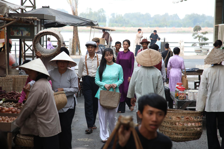 Nhật Kim Anh (áo xanh) trong phân cảnh ở Tô Châu, An Giang. Ảnh: Mia