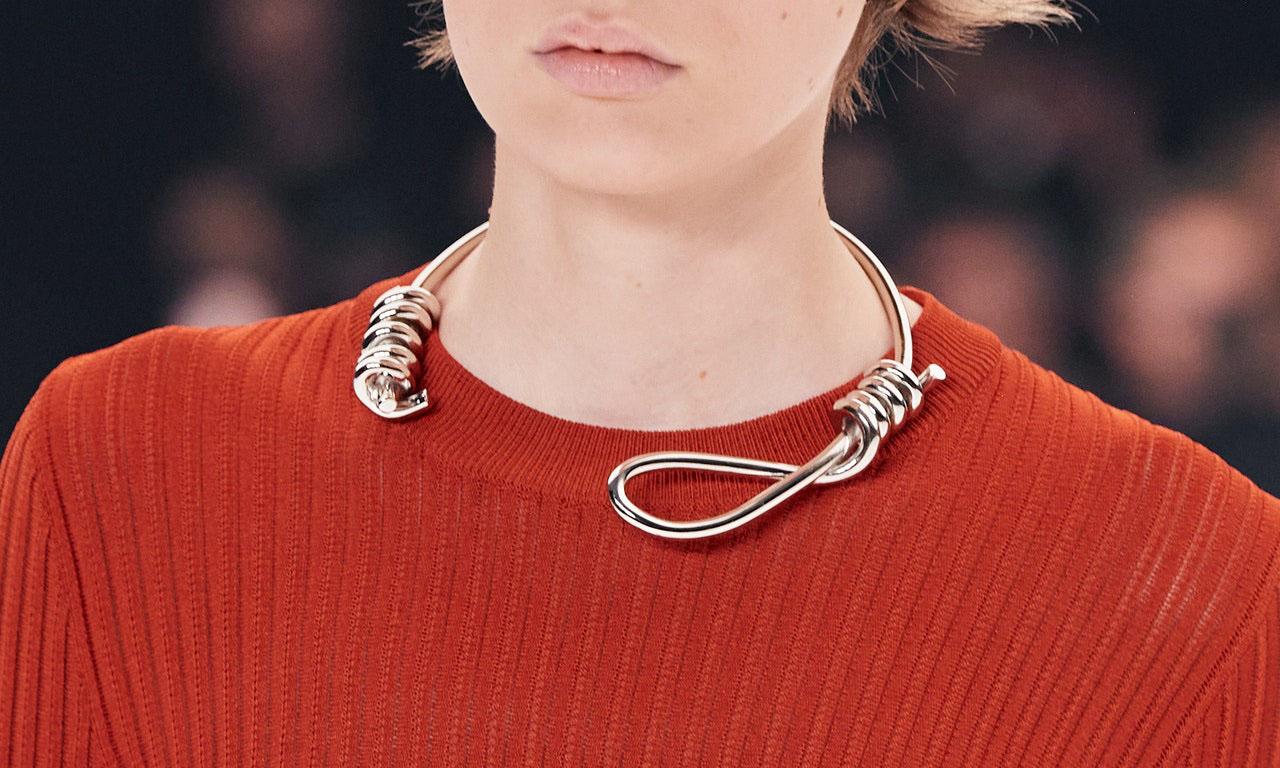 Givenchy thiết kế vòng cổ hình dây thòng lọng. Ảnh: Gorunway