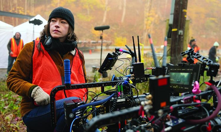 Nhân viên kỹ thuật làm việc trên phim trường ở Mỹ. Ảnh: Amazon Studio