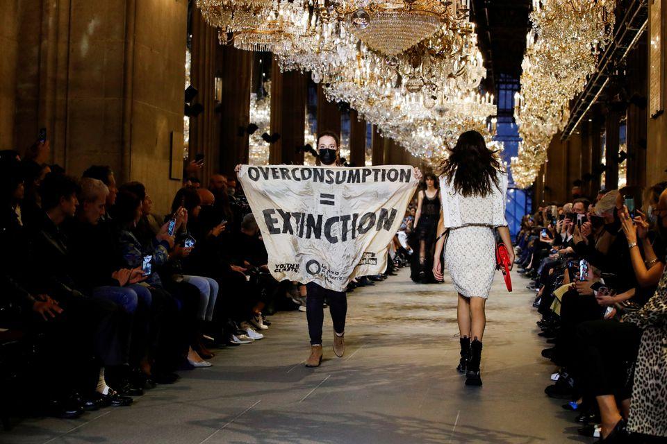 Người phụ nữ biểu tình ở show Louis Vuitton hôm 5/10 tại Paris. Ảnh: Reuters