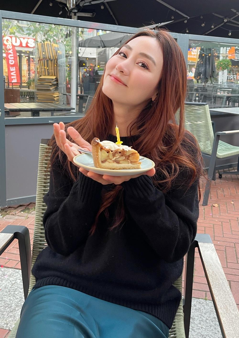 Ngân Khánh mặc chiếc áo ấm ra phố mừng sinh nhật. Ảnh: Nhân vật cung cấp