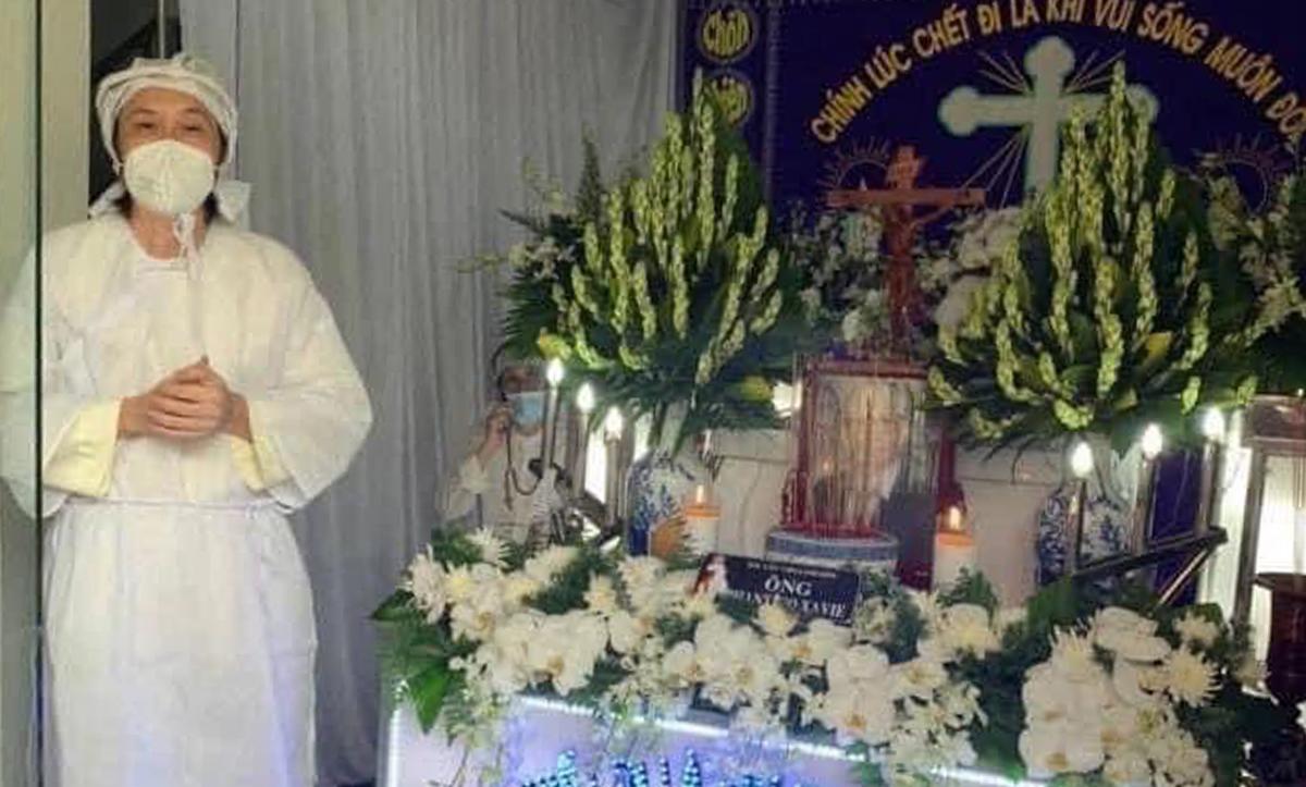 Hoài Linh trong tang lễ của bố ngày 7/10. Ảnh: Fanpage Võ Hoài Linh.