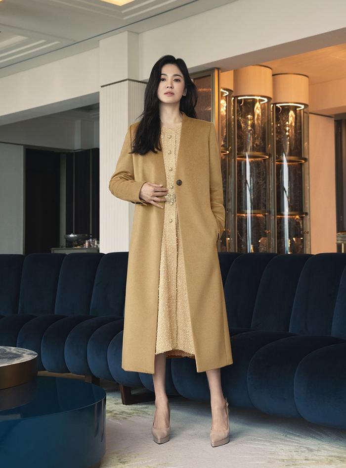 Váy áo theo phong cách đơn sắc, gam màu chủ đạo gồm nâu, vàng, be và đen.