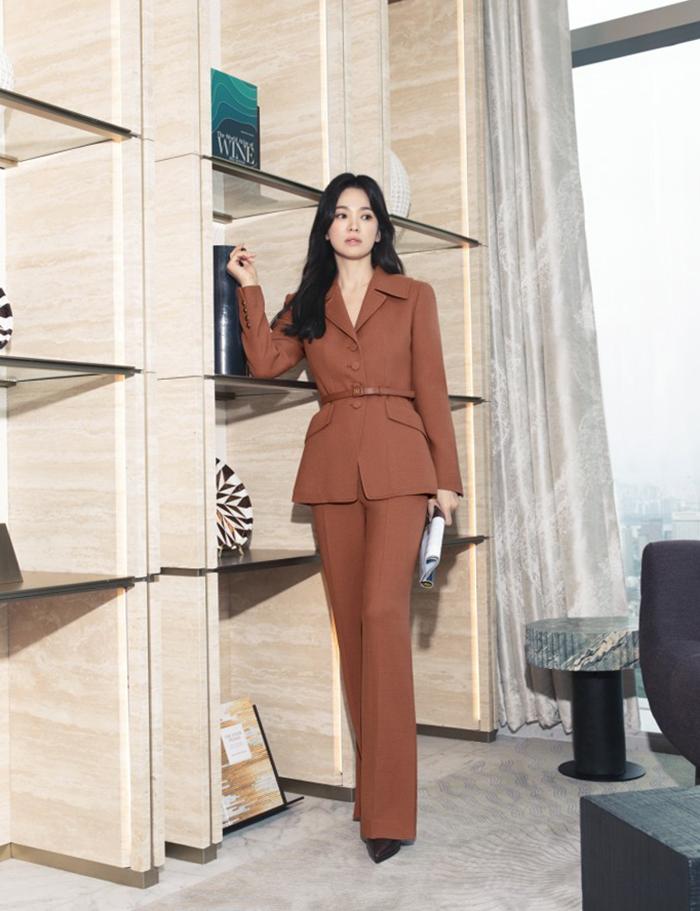 Song Hye Kyo ăn gian chiều cao khi diện quần Âu dài quá gót chân, kết hợp giày cao gót.