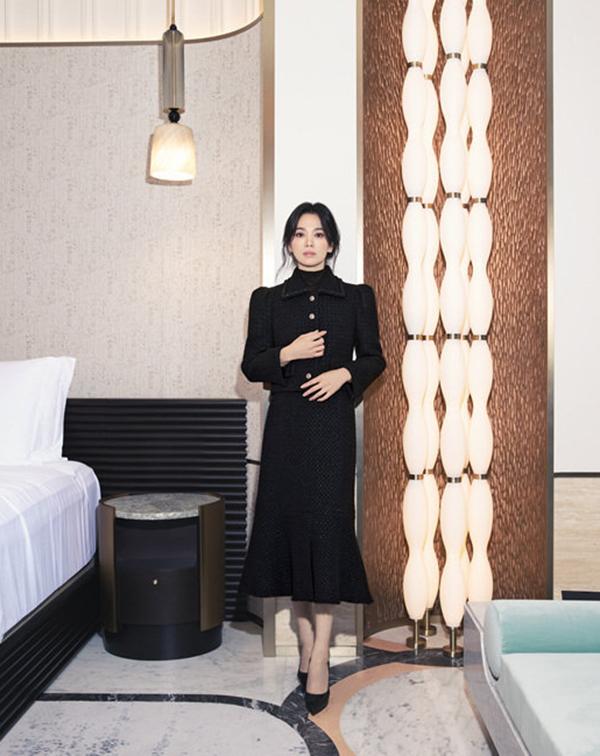 Song Hye Kyo hiện là đại sứ của nhiều thương hiệu Hàn Quốc lẫn quốc tế, đắt show quảng cáo thời trang, mỹ phẩm, trang sức. Theo Women's Wear Daily, một bài đăng của Hye Kyo trên Instagram có thể trị giá 480 nghìn USD (11 tỷ đồng).