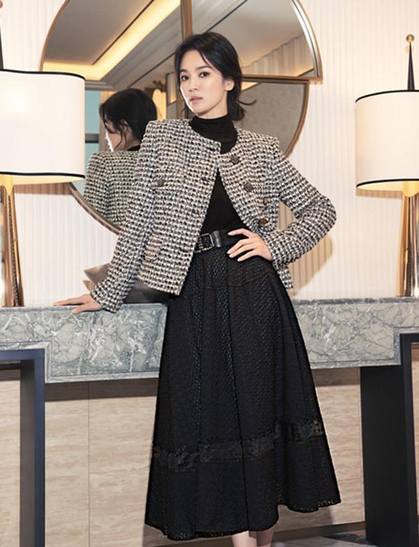 Trên nhiều fanpage ở châu Á, Song Hye Kyo được khán giả khen thanh lịch, trẻ trung ở tuổi 40.