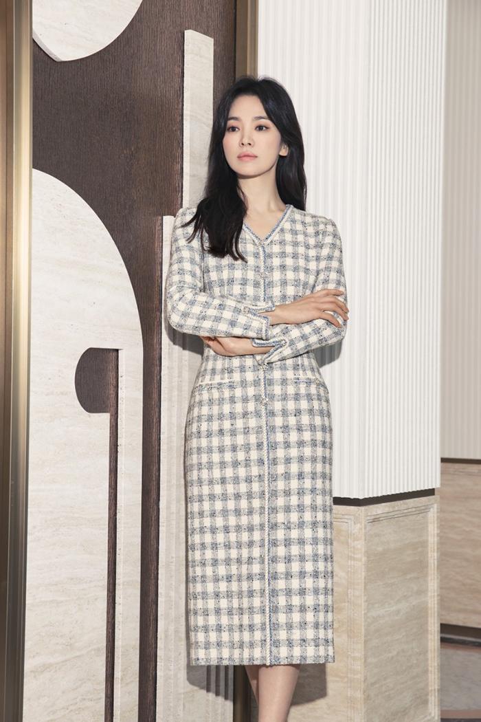 Người đẹp tôn dáng mảnh mai qua mẫu váy vải tweed - chất liệu ấm áp, bền chắc.