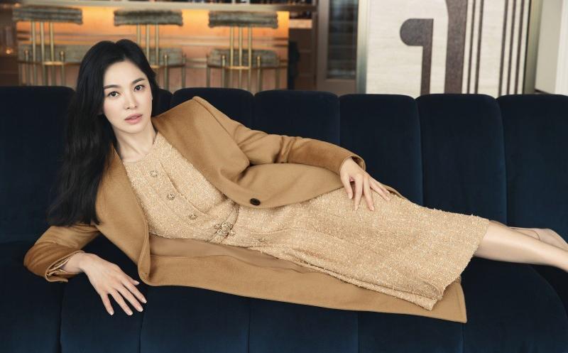 Diễn viên 40 làm mẫu cho bộ sưu tập của một nhà mốt. Trang Donga nhận xét các thiết kế mang hơi thở cổ điển, sang trọng.