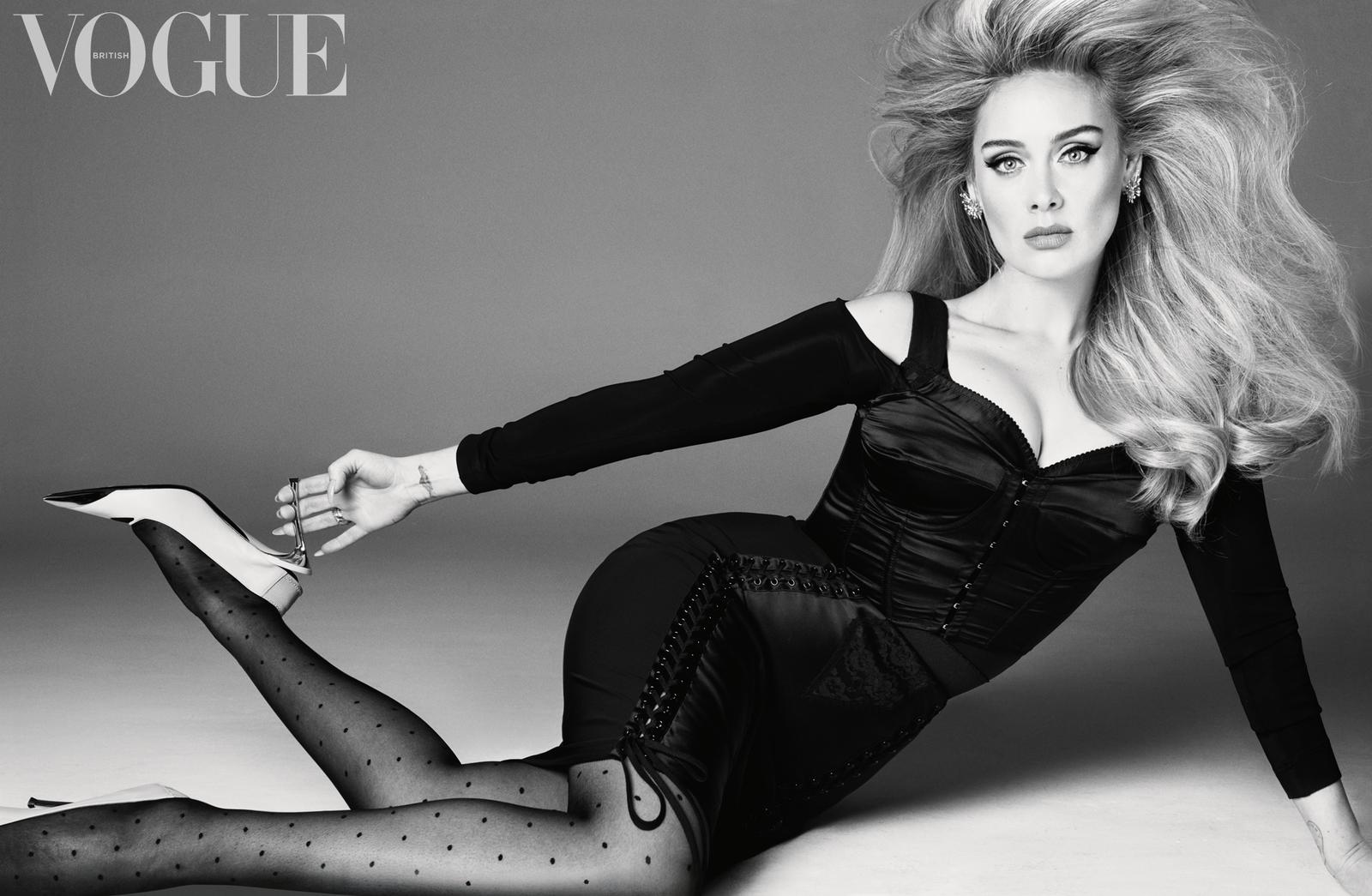 Adele mặc Dolce & Gabbana, đeo khuyên tai, nhẫn vàng, kim cương của David Yurman trong bộ hình của Vogue. Ảnh: Vogue