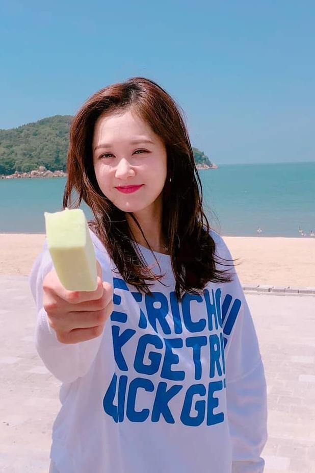 Đồng nghiệp Jung Yong Hwa nhận xét Jang Nara có những nét tính cách đáng yêu như thiếu nữ, cô dễ ngại ngùng, thích được ăn ngon.
