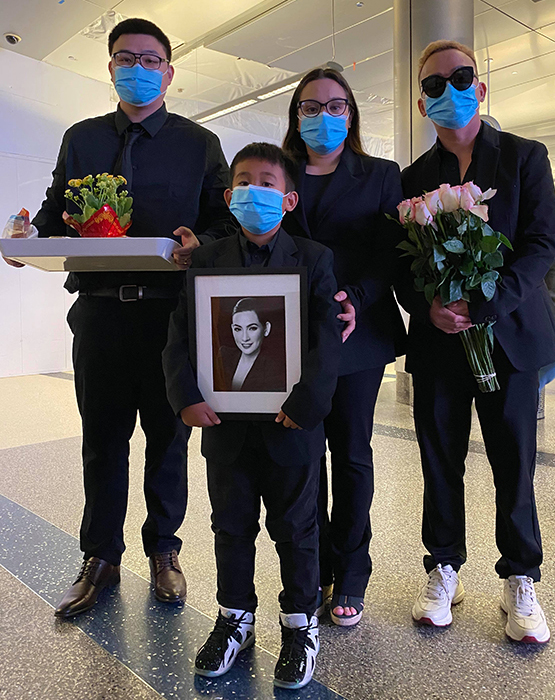 Từ phải sang: anh họ Phi Nhung - Thanh Huy, Wendy Phạm - con gái cố ca sĩ và người thân chờ nhận tro cốt tại sân bay Los Angeles. Ảnh: Thanh Huy cung cấp