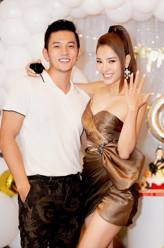 Phương Trinh khoe nhẫn đính hôn. Cả hai yêu nhau được hai năm rưỡi trước khi quyết định cưới. Ảnh: Facebook Phương Trinh Jolie.