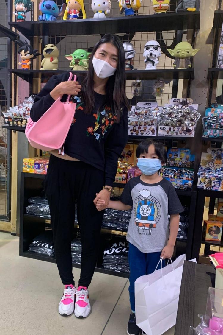 Ngọc Quyên trong một lần dắt con trai đi mua sắm. Ảnh: Nhân vật cung cấp