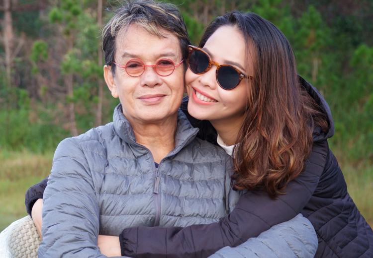 Nhạc sĩ Đức Huy bên vợ trong chuyến du lịch Đà Lạt năm 2020. Vợ ông tên Thư, sinh năm 1991, vốn là fan của nhạc sĩ.
