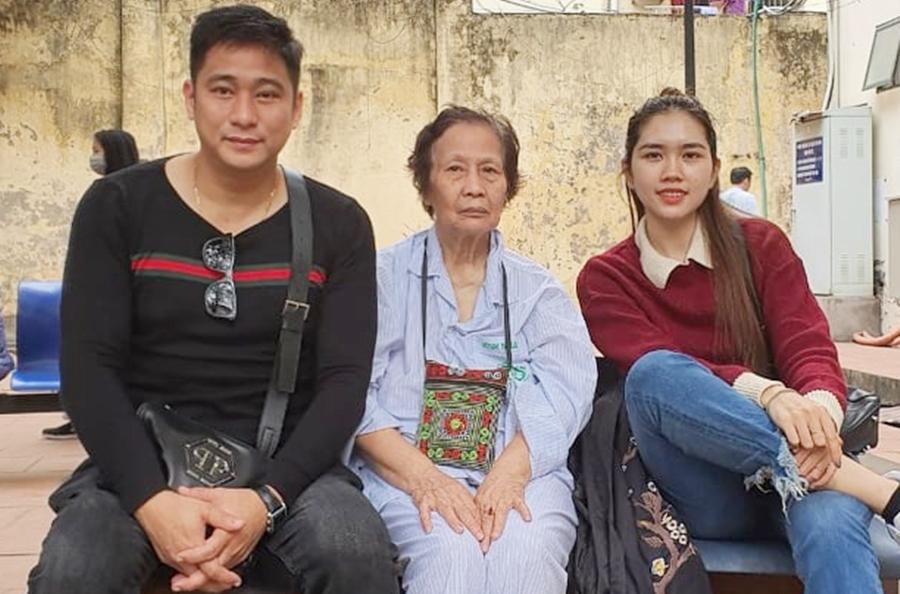Vợ chồng Minh Tiệp đưa mẹ (giữa) vào Viện Sức khỏe Tâm thần, Bệnh viện Bạch Mai để điều trị chứng rối loạn âu lo. Ảnh: Nhân vật cung cấp